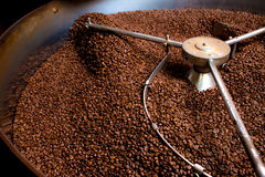Het roosteren procédé van koffie, productie Stock Afbeelding