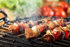 Het roosteren shashlik bij de barbecuegrill Royalty-vrije Stock Foto's