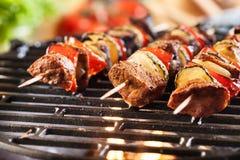 Het roosteren shashlik bij de barbecuegrill Stock Afbeeldingen