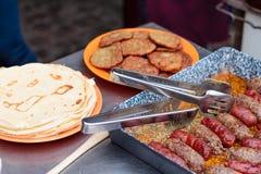 Het roosteren shashlik bij de barbecuegrill Stock Foto's