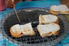 Het roosteren van brood royalty-vrije stock afbeeldingen