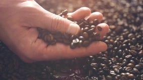 Het roosteren van bruine Koffiebonen met stoom Volgend schot, sluit omhoog stock video