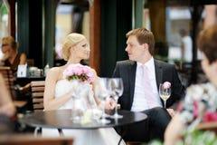Het roosteren van de bruid en van de bruidegom Royalty-vrije Stock Fotografie