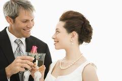 Het roosteren van de bruid en van de bruidegom. Royalty-vrije Stock Foto