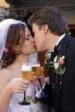 Het roosteren van de bruid en van de bruidegom Stock Afbeeldingen