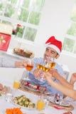 Het roosteren van de familie bij Kerstmis Stock Afbeeldingen