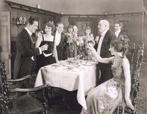 Het roosteren van de gastheer van dinerpartij stock fotografie