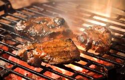Het roosteren van gemarineerd vlees Stock Foto
