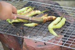 Het roosteren van groene Spaanse pepers Stock Fotografie