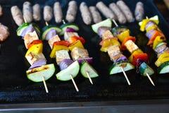 Het roosteren van groenten en veganist, vegeterian vleespennen of kebabs Stock Foto
