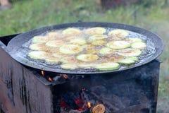 Het roosteren van groenten op barbecue, courgette en aubergines Stock Foto