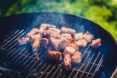Het roosteren van heerlijke verscheidenheid van vlees bij de grill van de barbecuehoutskool stock afbeelding