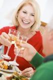 Het Roosteren van het paar bij het Diner van Kerstmis Royalty-vrije Stock Foto's