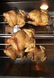 Het roosteren van kip in de oven royalty-vrije stock fotografie