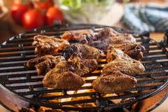 Het roosteren van kippenvleugels bij de barbecuegrill Royalty-vrije Stock Fotografie