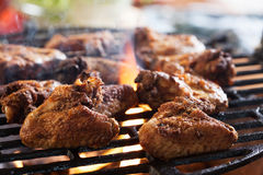 Het roosteren van kippenvleugels bij de barbecuegrill Royalty-vrije Stock Foto