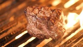 Het roosteren van lapje vlees met een stuk van smeltende boter stock video
