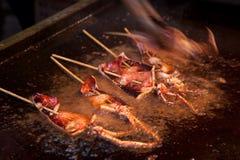 Het roosteren van pijlinktvis shashlik Royalty-vrije Stock Afbeeldingen