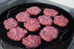 Het roosteren van Ruwe Vleesballetjes Openlucht picknick Vleesballetjesclose-up Royalty-vrije Stock Afbeelding