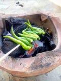 Het roosteren van Spaanse peper Stock Afbeeldingen