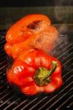 het roosteren van Spaanse pepers Stock Foto's