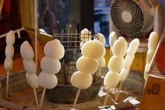 Het roosteren van stokken van rijstbollen Stock Foto