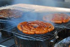 Het roosteren van varkensvleesworst Stock Foto's