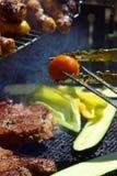 Het roosteren van vlees en groenten Royalty-vrije Stock Foto's