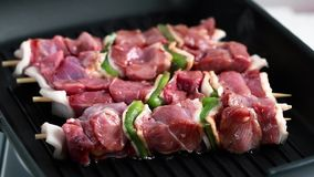 Het roosteren van vlees met groene paprika stock footage