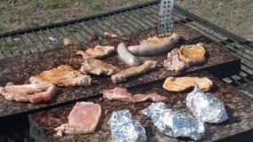 Het roosteren van vlees op granietcountertop stock video