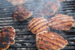 Het roosteren van vleesballen bij de barbecuegrill Royalty-vrije Stock Fotografie