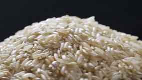 Het roteren dicht omhoog van een stapel van ruwe rijst stock video