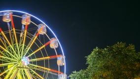 Het roteren in Natuurlijk de StadsPretpark van Ferris Wheel On Night In van de Motieeffect Verlicht Aantrekkelijkheid stock footage