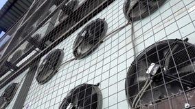Het roteren van de airconditionerbladen Industrieel airconditioningssysteem stock footage