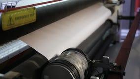 Het roteren van de plastic folie op broodje stock footage