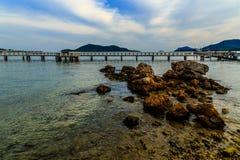 Het rots op zee strand stock afbeeldingen