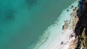 Het rotsachtige aardige turkooise water van het zandstrand stock videobeelden