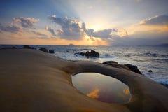 Het rotsachtige strand van Taiwan, zonnestraal stock afbeeldingen