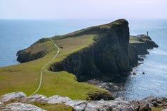 Het rotsachtige voorgebergte van Neist-Punt met Vuurtoren, Schotland stock afbeeldingen