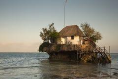 Het Rotsrestaurant op michamwi-Pingwe strand Zanzibar wordt gevestigd dat, royalty-vrije stock foto's