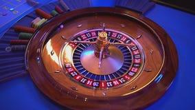Het roulettewiel - meer groupier rotaties het wiel - bal landt op gebied 14 rood stock video