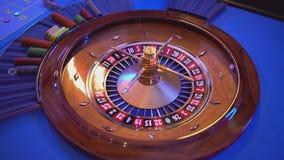 Het roulettewiel - meer groupier rotaties het wiel - bal landt op gebied 10 zwarte stock footage