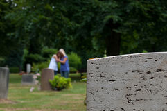 Het rouwen bij het graf Stock Foto