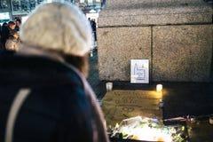 Het rouwen in de mensen die van Straatsburg hulde aan slachtoffers van Terro betalen stock fotografie