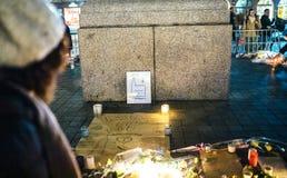 Het rouwen in de mensen die van Straatsburg hulde aan slachtoffers van Terro betalen royalty-vrije stock foto
