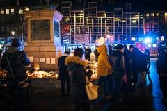 Het rouwen in de mensen die van Straatsburg hulde aan slachtoffers van Terro betalen stock foto's