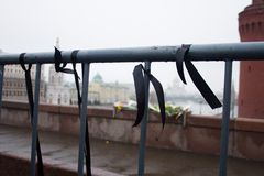 Het rouwen zwarte banden op het schermen dichtbij een plaats van moord van de politicus Boris Nemtsov royalty-vrije stock afbeeldingen
