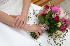 Het roze boeket van het pioenenhuwelijk en witte kleding stock afbeeldingen