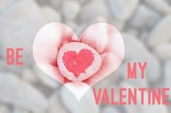 Het roze die hart met lippenstift op stuk van steen op achtergrond van vele kleine stenen met tekstbrief is wordt geschilderd mij stock foto's