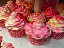 Het roze die huis van kopcakes voor partij wordt gemaakt royalty-vrije stock foto's
